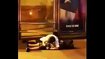 Pillo a chico haciendo una mamada a su amigo en plena calle de Santiago de Chile