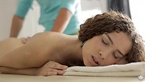 Caroline cums quickly on massage table