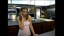 Novinha cai na conversa e faz de tudo com estranho na cozinha