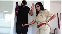 पैंटी चोर को पकड़ कर बड़े चूचों वाली महिला पुलिस ...