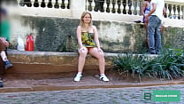 Blonde exhibited on the streets of São Paulo, goes to the subway and shows Pussy, and friend makes blowjob inside the station.