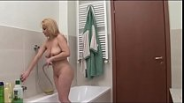 Young geek spying her cute auntie in the shower Vorschaubild