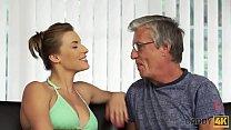 DADDY4K. Rich papa est capable de baiser une merveilleuse adolescente dans sa grande villa