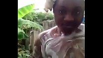 femme africaine se lave devant sa cam Image