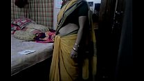 Desi tamil Married aunty exposing navel in sare...
