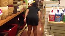 Culona enseña panocha y culo en tienda