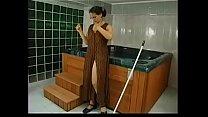 se folla a la mujer de la limpieza madurita