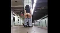 Bateu siririca esperando o trem porn image