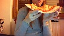 11250 Mangio la pizza con la mia figa pelosa tutta aperta davanti alla telecamera preview