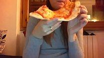 6986 Mangio la pizza con la mia figa pelosa tutta aperta davanti alla telecamera preview