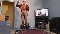 blonde aux gros seins lourds danse en mini short