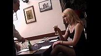 Bionda scopata al ristorante dal cameriere