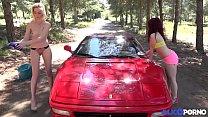 Il baise deux naturistes qui lavent sa Ferrari ... Thumbnail