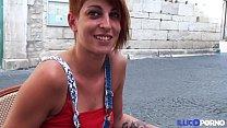 Une jeune amatrice rouquine taille une pipe dan...
