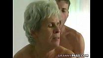 年轻男孩乱搞毛茸茸的奶奶,