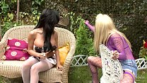 Ragazza ubriaca e molto troia viene scopata in giardino durante una trasmissione televisiva