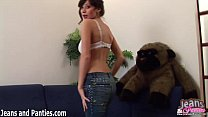 Tight brunette Kriss stripping off her skinny jeans Vorschaubild