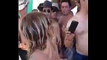 Loira piranha fica peladinha dançando na festa lotada - NovinhasZap.com pornhub video