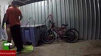 Engrasando la bicicleta y el coño de la gorda grabado con cámara oculta GUI030