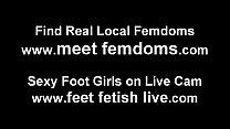 Лижет женскую ножки через чулки
