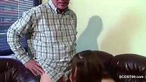 Opa uberredet seine Stief-Enkelin und fickt sie durch Vorschaubild