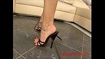 Scopata sborrata sui piedi tacchi, sandali, unghie smaltate foot fetish