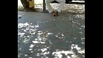 señor muestra el bulto en la plaza