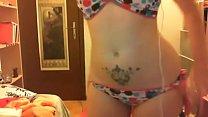 Una giovane ragazza si toglie il suo bikini e si masturba con un grosso cazzo di gomma porn thumbnail