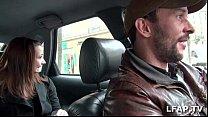 Petite coquine se masturbe dans le taxi qui en profite pour la doigter Preview