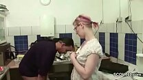 Chef fickt seine Teeny Praktikantin in der Kueche durch