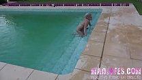 Masturbandose con el chorro de la piscina - Beverlylynnexxx thumbnail