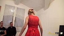 Zhelia cougar blonde baise avec deux jeunes dans le sous-sol thumbnail