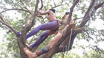 Grávida faz sexo na árvore escondida da mãe