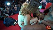 Veronica Rossi sul palco prende una persona dal pubblico e se lo scopa e si fa sborrare addosso. thumbnail