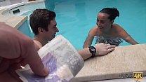 HUNT4K. Sesso nella piscina privata
