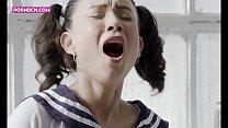 JUST GIRLS 4K Una joven colegiala sola y aburrida se masturba en el sofa de su casa corriendose a chorros hasta que lo deja empapado. Teen latina Jade Presley Hardcore squirting cosplay
