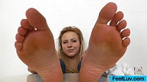 Blondie shows off bare feet