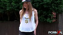 Busty Natural Milf Samantha Bentley in Public Vorschaubild