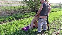 Deutsche FKK Oma wird von 2 Jungen Typen im Dreier gefickt صورة