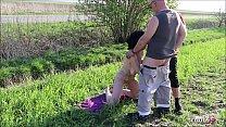 Deutsche FKK Oma wird von 2 Jungen Typen im Dreier gefickt Vorschaubild