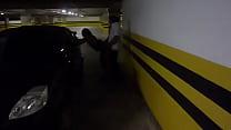 Esposa dando no estacionamento do shopping