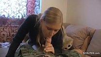 Kleine Stief-Schwester gibt einen geilen Blowjob in POV