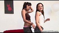 El baile del regueton suena para una pareja de chicas que hacen sexo