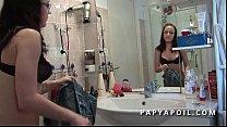Papy baise une jeune et tres jolie brunette aux beaux seins Vorschaubild