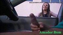 Morena Curiosa vendo o Marmanjo safado Batendo Punheta no Carro