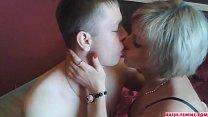 Mature baise un jeune