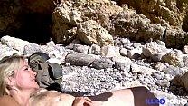 Tamara et son mari font un plan à trois sur la plage avec un jeune