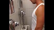 Espiando a hetero en baño publico
