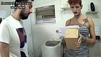Entregador barbudo cai de boca no pauzao da travesti gostosa e sai com a cara cheia de leite (COMPLETO NO RED E ONLYFANS) Sabrina Prezotte e Alex Enzo...