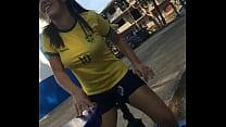 Morena com camiseta do Brasil sentando gostoso no pau thumbnail